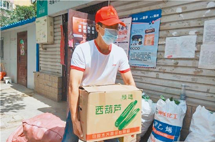 7月28日,烏魯木齊市的社區自願者在防疫期間分送物資。(取自微博@新疆發布)