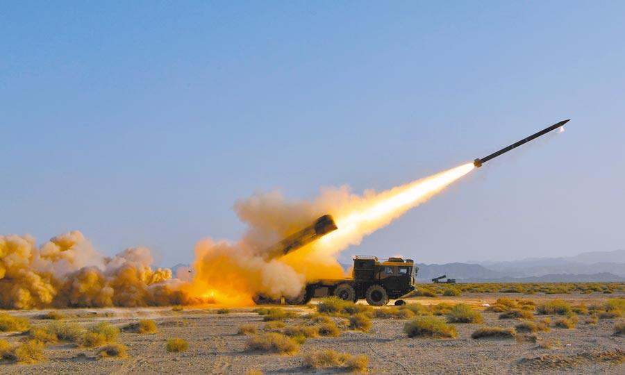 2018年7月,在西北某地駐訓的陸軍第78集團軍某炮兵旅遠程多管火箭炮營,進行演練。(中新社)
