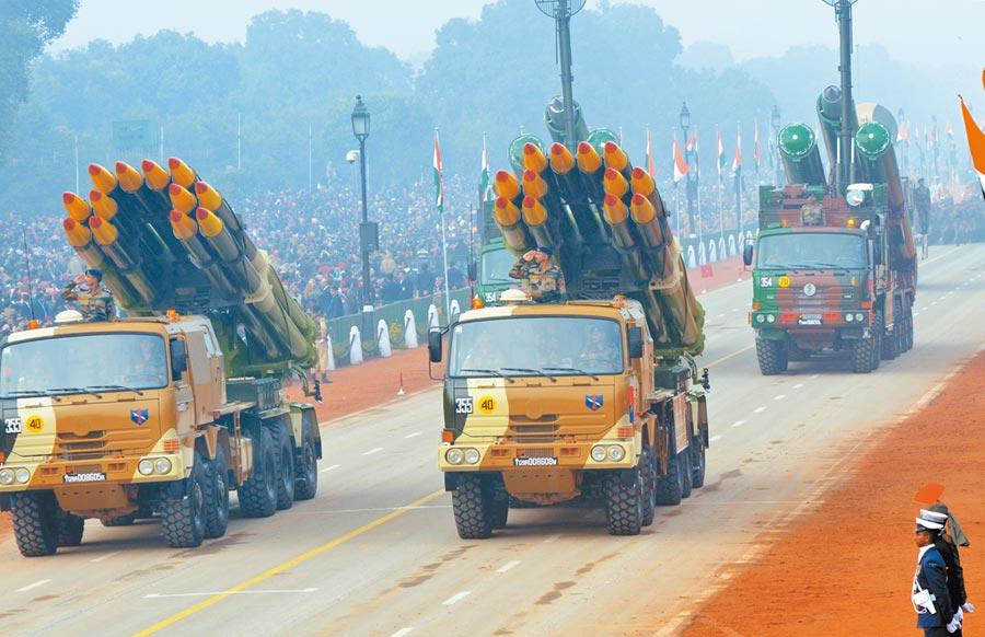印度「龍捲風」火箭炮。(新華社資料照片)