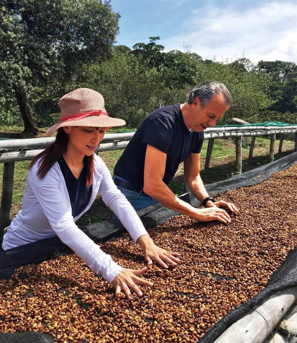 林佩霓和咖啡蜜處理發明者Graciano Cruz在巴拿馬認識後,聯手引進多種咖啡豆到台灣。(圖/黑沃咖啡提供)