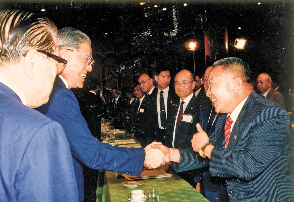 1990年國是會議達成直選共識─李登輝總統與民進黨黃信介握手,「信介仙」還豎起大拇指誇讚。(本報資料照片)
