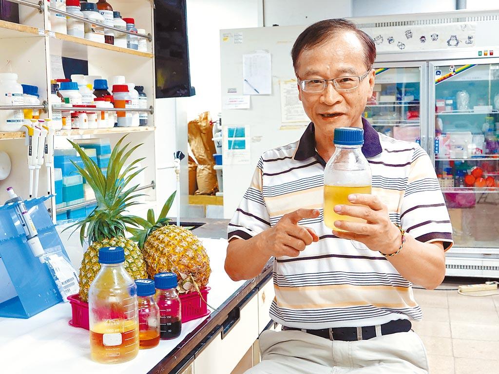 中正大學化工系教授李文乾以專利酵素研發出將鳳梨皮渣轉成木寡糖的技術。(中正大學提供/張亦惠嘉縣傳真)