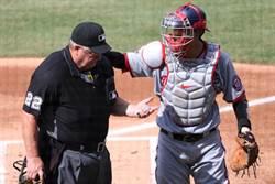 MLB》球棒不長眼 資深裁判場上意外爆血