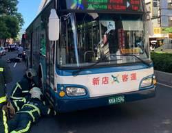 女騎士遭違停車突開車門擊落 又遭公車捲入輾過命危