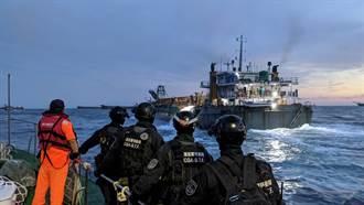 海上直擊》海巡強勢出擊 攔截違法抽砂船怒海登船逮人
