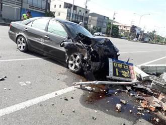 女開車疑精神不濟撞爛候車亭 輕傷送醫