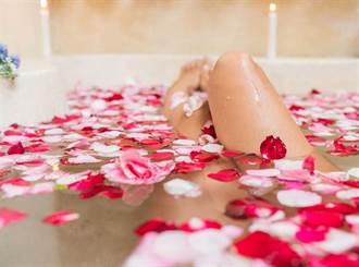 天氣太熱?女赤裸露天噴水池沖澡 表情陶醉警看傻