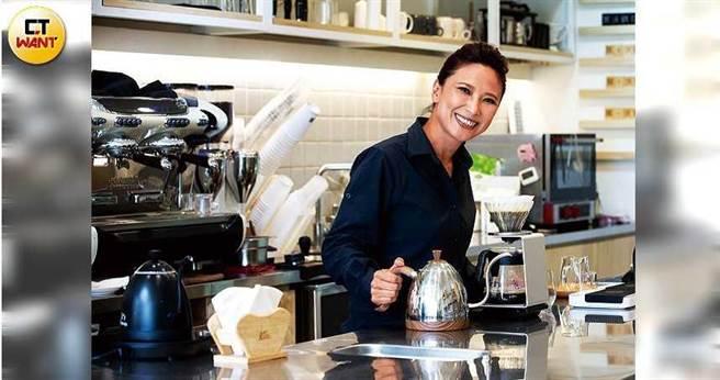讀大學時就很喜歡煮咖啡的林佩霓,在不同行業打拚十幾年後回歸初心,走上創業之路。(圖/黃威彬攝)