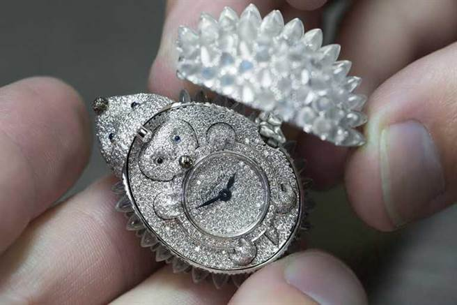 Chopard「Animal World動物世界系列」刺蝟神秘腕錶的內部完全鑲鑽,盡顯藝術作品的瑰麗華美。(圖╱Chopard提供)