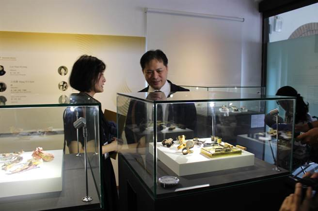 新北市国际金工大赛于31日在新北市立黄金博物馆颁奖,新北市副市长吴明机也在现场参观黄金博物馆所展出的金工艺品。(吴康玮摄)