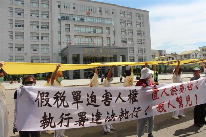 太極門弟子不滿太極門銅鑼山區土地資產遭行政執行署新竹分署法拍,31日與公民團體約500人,到法拍會場外拉布條抗議。(何冠嫻攝)