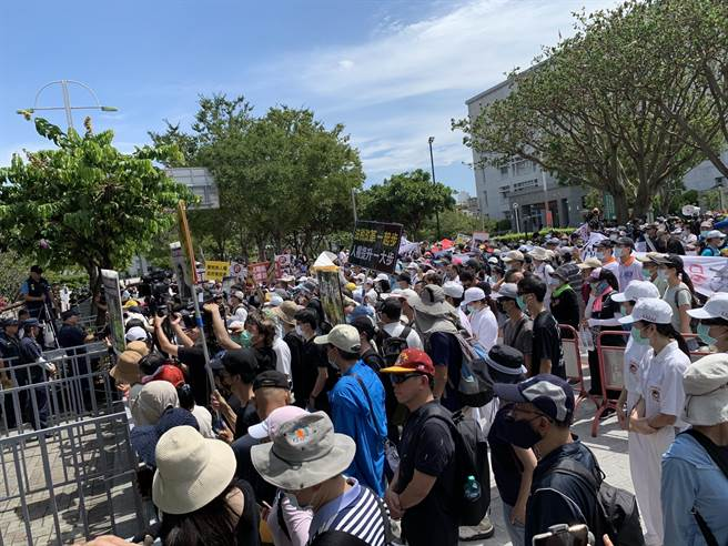太極門弟子不滿太極門銅鑼山區土地資產,遭行政執行署新竹分署法拍,與公民團體約500人,到法拍會場外高聲抗議。(何冠嫻攝)