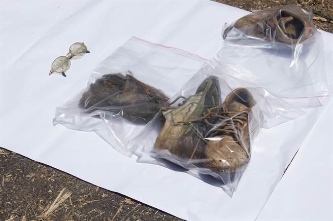 警方在花蓮縣吉安鄉的白雲山,尋獲到疑似劉志勤穿著的運動鞋。(中時資料庫)