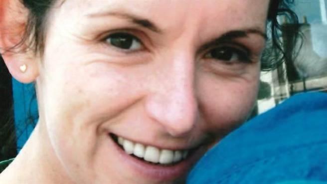 1名英國退役女軍官莎拉哈索爾,某次在酒吧喝酒與1名毒男對上眼,進而到他住處激戰數回合,不料事後被毒男狂砍22刀身亡。(取自BBC NEWS)