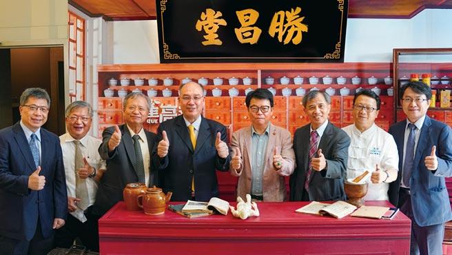 勝昌製藥廠董事長陳志中(右四)、衛福部中醫藥司司長黃怡超(右三)與貴賓出席首映會。圖/業者提供