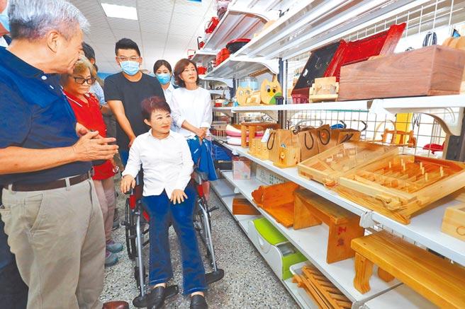 盧秀燕剛做完手術,出院後暫時得坐輪椅,她更能體會身障朋友的不便,希望為身障朋友做更多事。(陳世宗攝)