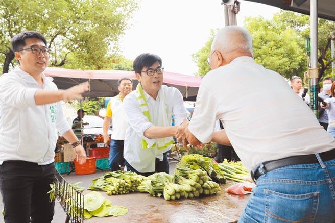 民進黨高雄市長候選人陳其邁(中)30日到菜市場拜票。(林雅惠攝)