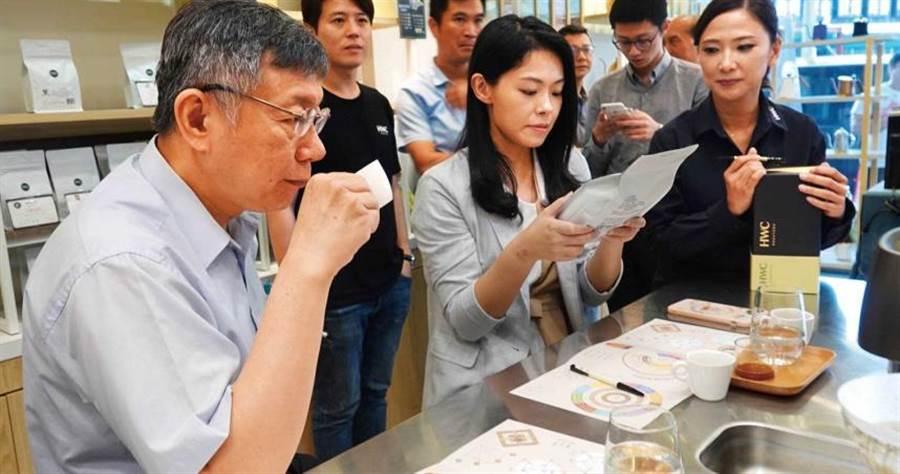 台北市長柯文哲曾在台中黑沃門市嘗試林佩霓獨創的「問診技術」,品味適合自己的咖啡。(圖/黑沃咖啡提供)