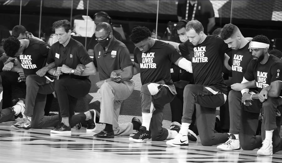 賽前演奏國歌期間,兩隊球員、教練一起單膝下跪表達支持社會正義。(取自爵士官推)