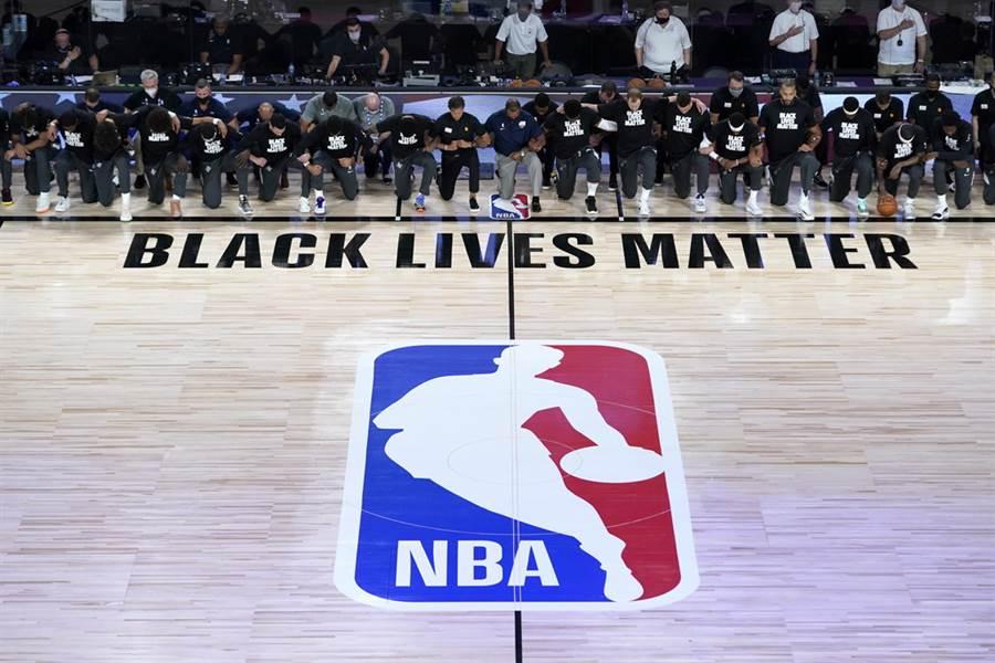 鵜鶘、爵士兩隊球員與教練賽前演奏國歌期間,一起單膝下跪表達支持社會正義。(美聯社)
