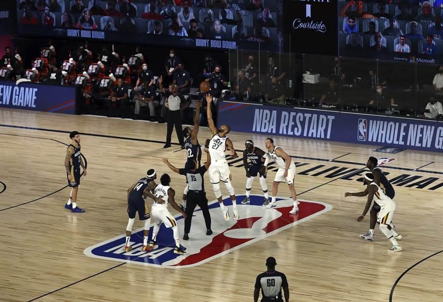 NBA本季的正式復賽,就從這次開賽跳球宣告重啟。(美聯社)