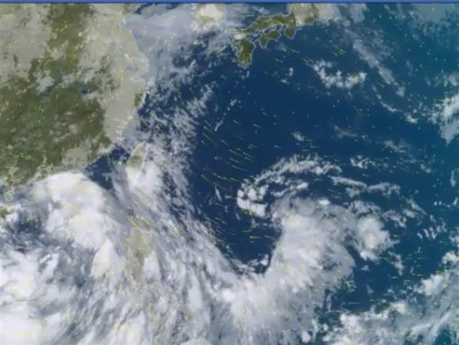 氣象達人彭啟明指出,目前在南海的低壓結構很鬆散,若今天沒能發展成颱,將創下有颱風觀測紀錄以來,首個沒有颱風的7月。(圖擷自天氣風險管理公司)