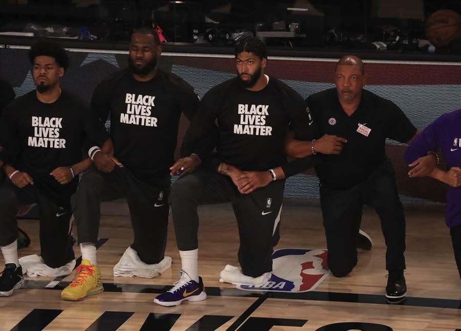 兩隊賽前同樣在演奏國歌時單膝下跪支持社會正義。(美聯社)