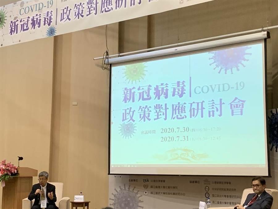 前副總統、中研院士陳建仁在「新冠病毒政策對應研討會」專題演講並現場回答聽眾提問。(陳碧芬攝)