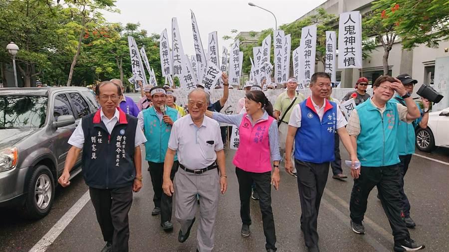 台南市多名市議員與議員助理為了學甲區設動保園區,率民眾到市政府抗議。(程炳璋攝)