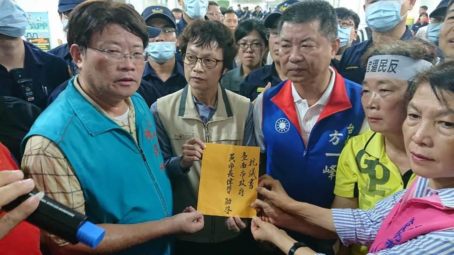 台南市副市長趙卿惠(左二)代表市府接下抗議書。(程炳璋攝)