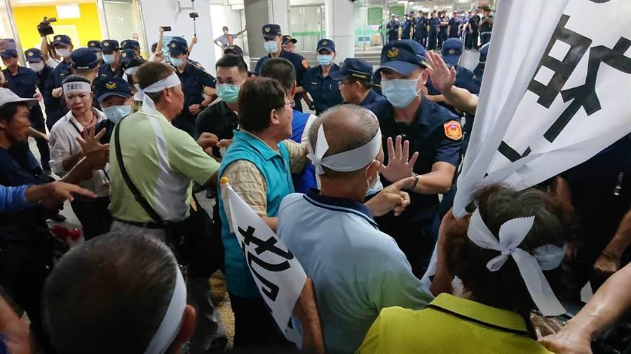 警方見抗議群眾蜂擁上前,急忙阻擋。(程炳璋攝)