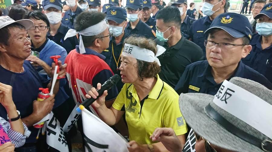 學甲秀昌里長謝金雀(黃衣者)也是這次反動保園區設置的自救會長在現場強力抗議。(程炳璋攝)
