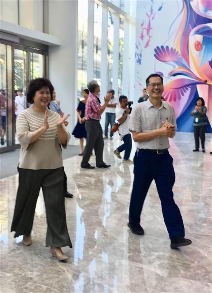 宏匯集團董事長許崑泰(右)和宏匯廣場總經理陳玉寶(左)開心迎接試營運。(郭家崴攝)