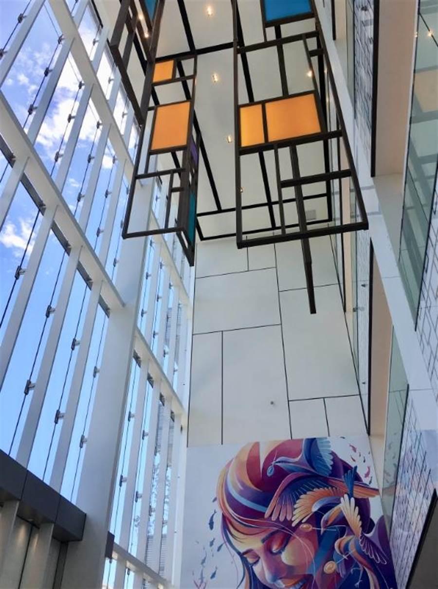 宏匯廣場1F北大門展出台灣當代壁畫彩繪藝術家LEHO的「夢之巢Dream Nest」。(郭家崴攝)