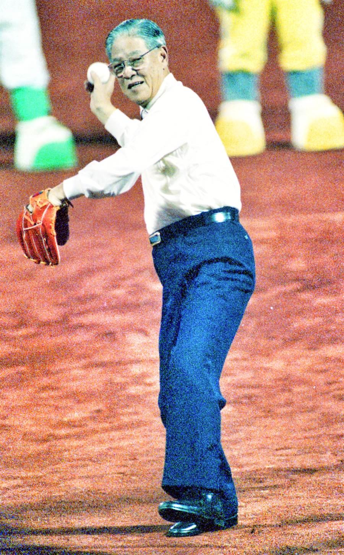職棒三年開幕戰,前總統李登輝為中職開球。(中華職棒提供)
