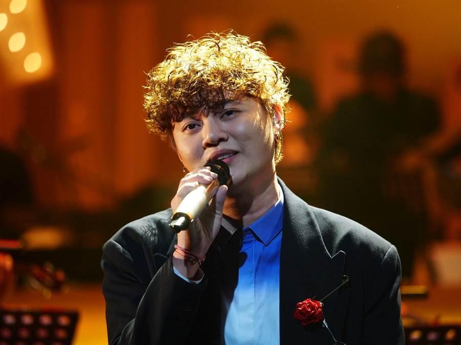 許富凱在節目中演唱楊宗憲的〈爸爸親像山〉。(公視提供)