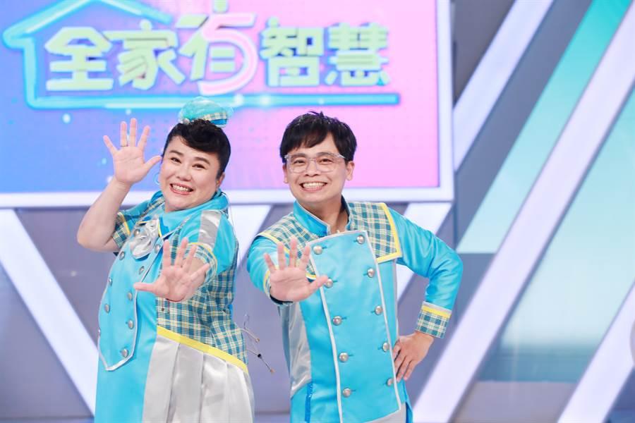林美秀(左)與阿松主持公視的《全家有智慧》第三季即將開播。(公視台語台提供)