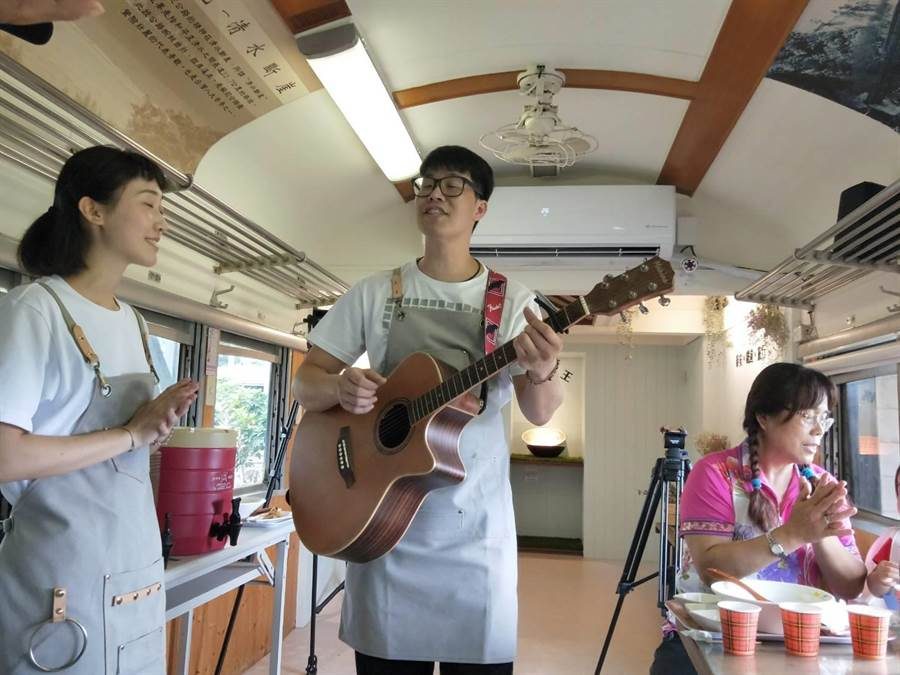 新幹線餐廳第二代經營人是街頭藝人,忙完廚房後還會到車廂內高歌娛樂顧客。(陳淑娥攝)