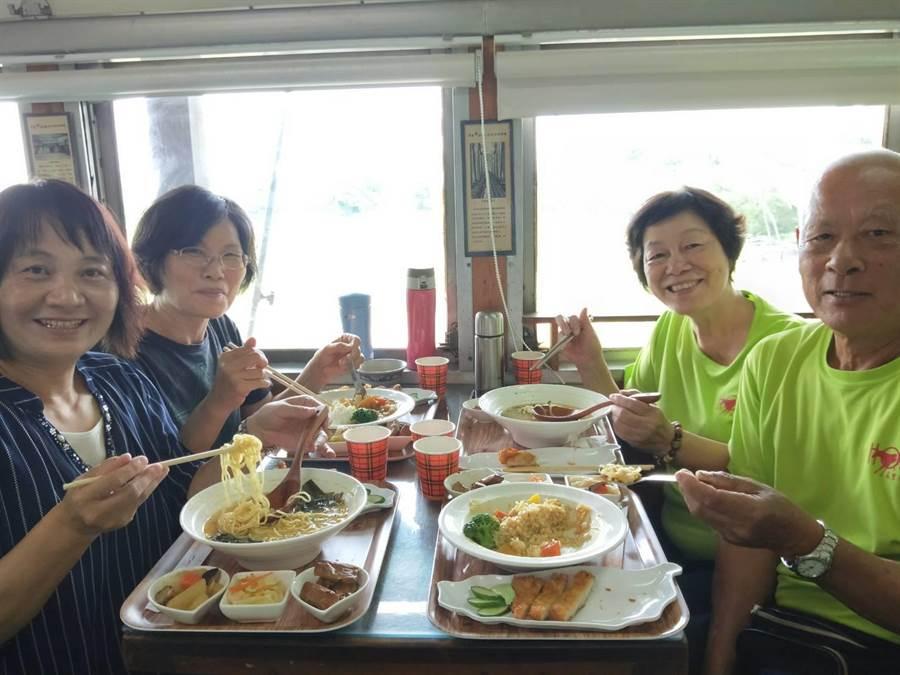 有團體包下火車車廂用餐,是聚會或慶生的好地方。(陳淑娥攝)