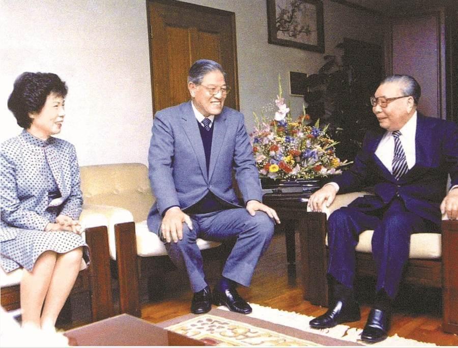前總統李登輝(中)、前總統蔣經國(右)。