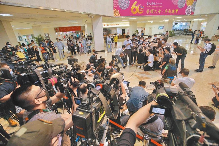 前總統李登輝30日病逝台北榮民總醫院,許多媒體到場採訪。(杜宜諳攝)