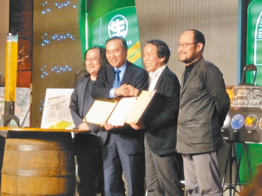 台灣菸酒董事長吳容輝(左二)與台北市副市長林欽榮(右二)簽署啤酒園區都市計畫合作協議。(本報資料照片)(飲酒過量與吸菸皆有害健康)