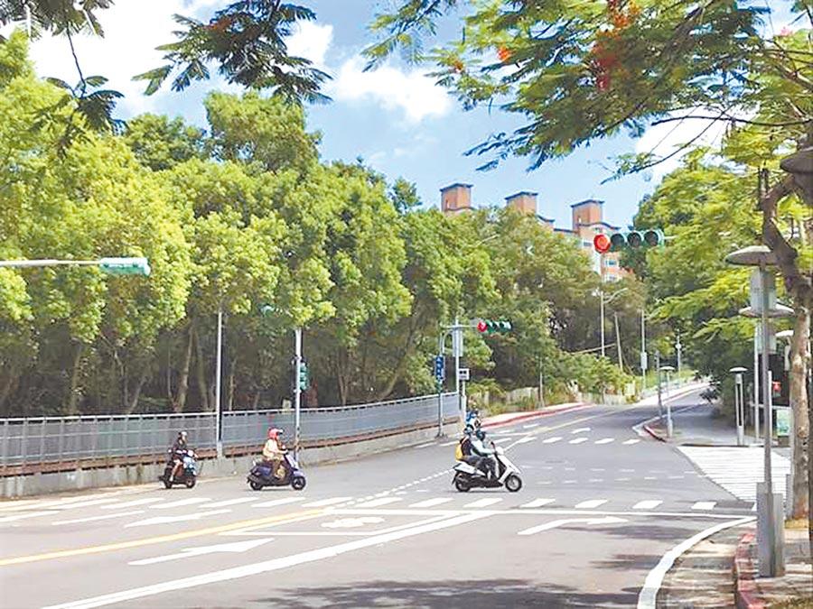 學園路緊鄰台北藝術大學、台北城市科技大學,是許多學生騎機車通勤的必經之路。(本報資料照片)