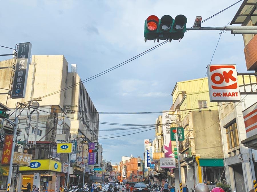 龍潭老城區雖已完成電纜下地,抬頭一看卻有廣播、網路等各式電線煞風景。(黃婉婷攝)