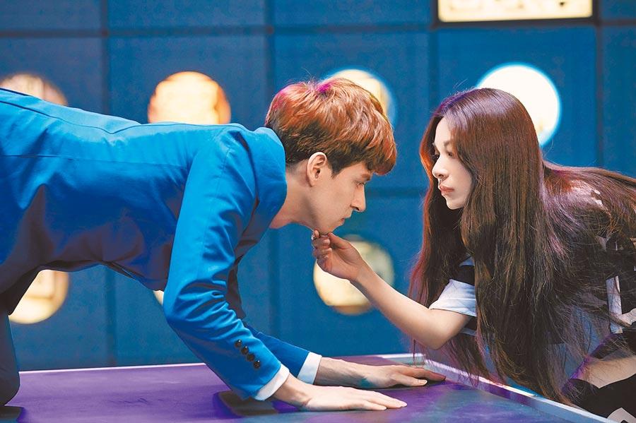 田馥甄(右)日前拍攝新歌MV,與男模近距離互動。(何樂音樂提供)