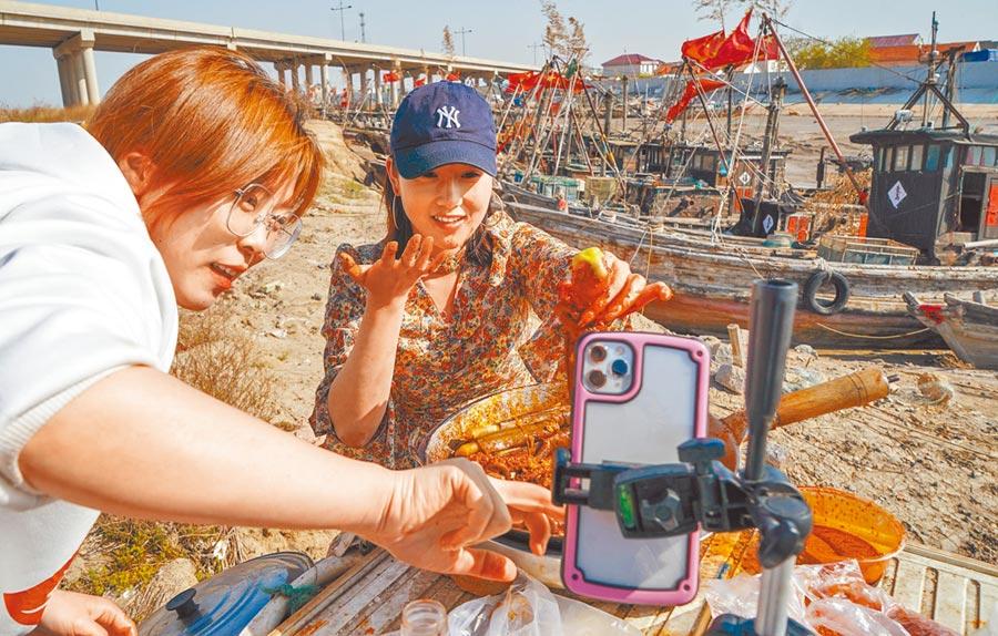 直播經濟應重視產品品質與售後服務。圖為江蘇漁港小鎮居民在朱蓬口漁港直播帶貨。(新華社)