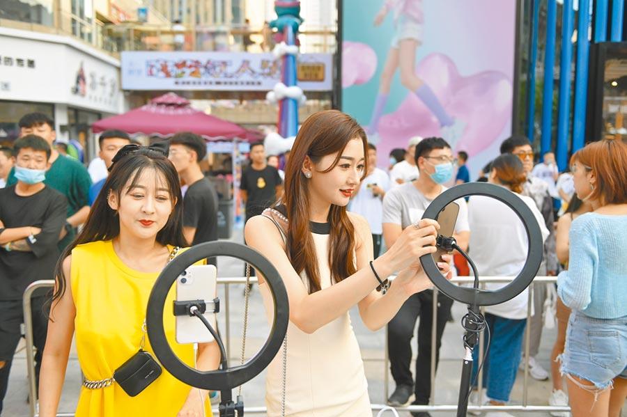 助力瀋陽夜經濟,7月25日晚,「網紅」主播在活動現場直播。(中新社)