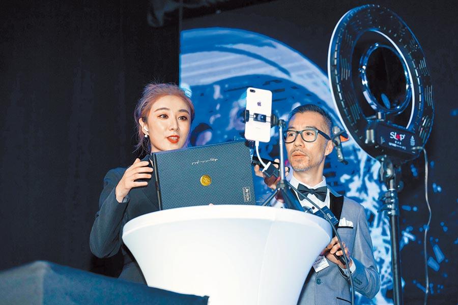 2018年,大陸網紅直播主薇婭(左),來台北示範教學淘寶直播賣商品。(本報系資料照片)