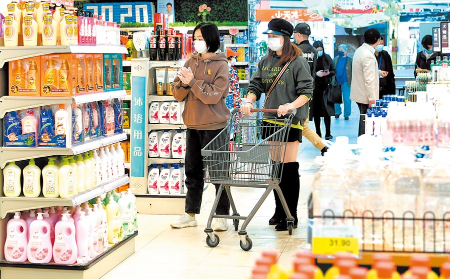 疫情後民眾購物回歸理性,好的產品才能被青睞。圖為3月24日,在湖北黃岡一家購物中心購物的市民。(中新社)