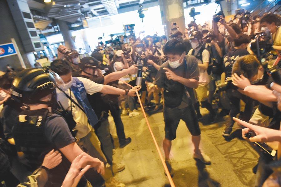 7月19日,香港民眾在元朗西鐵站及YOHO MALL遊行示威,警方於現場多次提醒在場人士離開。(中新社)